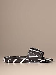 [관부가세포함][발렌티노] (UY2S0873 YRJ 0NI)  Winter 20 남성  giggies sandal in vltn rubber